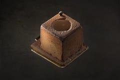 Sobremesa escura do chocolate em um fundo preto Fotos de Stock
