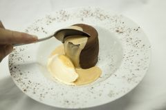 Sobremesa francesa de Coulant em uma placa branca imagens de stock royalty free