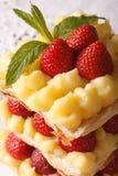 Sobremesa francesa do millefeuille com as morangos macro Foto de Stock