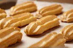 Sobremesa francesa tradicional do profiterole dos eclairs caseiros na folha de cozimento foto de stock