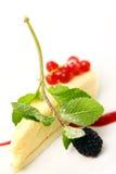 Sobremesa fresca do bolo de queijo com bagas Imagem de Stock