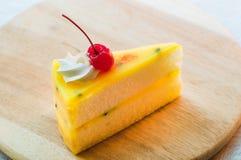 Sobremesa fresca do bolo do fruto de paixão na placa de madeira imagens de stock royalty free
