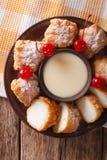 Sobremesa fritada do leite com close-up do leite condensado parte superior vertical vi imagem de stock