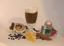 Sobremesa, gelado com o café, decorado com laranjas e canela fotos de stock royalty free