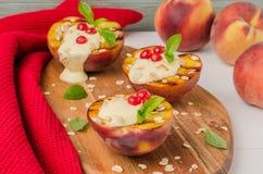 Sobremesa grelhada deliciosa dos pêssegos Foto de Stock Royalty Free