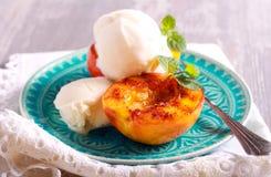 Sobremesa grelhada dos pêssegos e do gelado Imagem de Stock