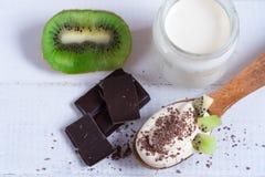 Sobremesa, iogurte com fruto com chocolate e quivi fotos de stock royalty free