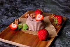 Sobremesa italiana Cotta do panna do chocolate com hortelã e morango fotografia de stock