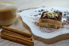 Sobremesa italiana do Tiramisu com copo de café Imagem de Stock