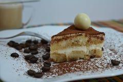 Sobremesa italiana do Tiramisu com copo de café Imagem de Stock Royalty Free