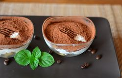 Sobremesa italiana do tiramisu na placa marrom Imagens de Stock