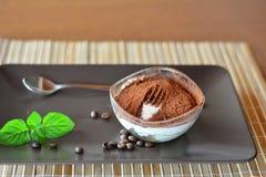 Sobremesa italiana do tiramisu na placa marrom Imagem de Stock