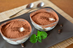 Sobremesa italiana do tiramisu na tabela de madeira Fotos de Stock
