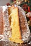 Sobremesa italiana tradicional do panettone do pandoro no italiano do alimento da tabela para a festividade do Natal imagem de stock royalty free