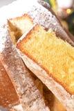 Sobremesa italiana tradicional do panettone do pandoro no italiano do alimento da tabela para a festividade do Natal imagem de stock