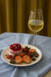 Sobremesa luxuosa com morangos Fotos de Stock