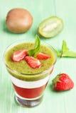 Sobremesa mergulhada morango do quivi Fotografia de Stock Royalty Free