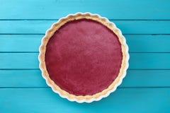 Sobremesa nórdica Torta caseiro simples da airela do lingonberry no azul Fotografia de Stock