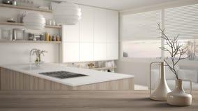 Sobremesa o estante de madera con los floreros modernos minimalistic sobre cocina de madera borrosa con los estantes y los gabine fotografía de archivo libre de regalías