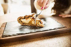 Sobremesa orgânica caseiro da torta de maçã pronto para comer Fatia de boca Imagem de Stock Royalty Free
