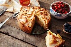 Sobremesa orgânica caseiro da torta de maçã pronto para comer Torta de maçã deliciosa e bonita em uma tabela de madeira, em uma a Imagens de Stock