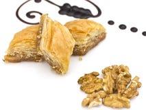 Sobremesa oriental tradicional - baklava com pistaches e walnu imagens de stock