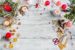 Sobremesa para la preparación del regalo de Navidad Imagen de archivo