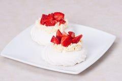 Sobremesa Pavlova das merengues da morango fotos de stock