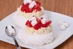Sobremesa Pavlova das merengues da morango foto de stock