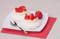 Sobremesa Pavlova das merengues da morango fotos de stock royalty free
