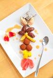 Sobremesa rica com chocolate e frutas imagens de stock