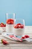 Sobremesa saboroso com molho da morango e da cereja no vidro Fotos de Stock Royalty Free