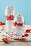 Sobremesa saboroso com molho da morango e da cereja no vidro Foto de Stock