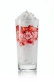 Sobremesa saboroso com molho da morango e da cereja no vidro Imagem de Stock
