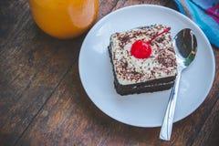 Sobremesa saboroso do bolo da cereja do chocolate na tabela de madeira fotografia de stock royalty free