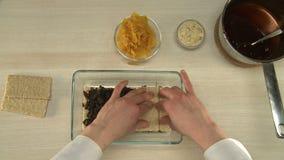 Sobremesa saudável com ameixas secas e os abricós secados vídeos de arquivo