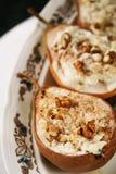 Sobremesa saudável do vegetariano, peras cozidas com porcas e mel Foco seletivo fotografia de stock royalty free