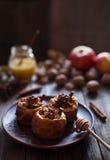 Sobremesa saudável doce cozida das maçãs com porcas e passas Imagens de Stock Royalty Free