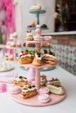 Sobremesa sob a forma de um bolo em um suporte Foto de Stock Royalty Free