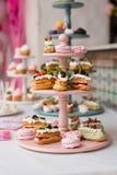 Sobremesa sob a forma de um bolo em um suporte Fotografia de Stock