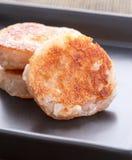 Sobremesa tailandesa - bolinho de amêndoa de coco no prato preto Imagem de Stock Royalty Free