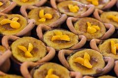 Sobremesa tailandesa em uns potenciômetros de argila fotografia de stock