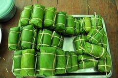Sobremesa tailandesa feita das bananas e do arroz pegajoso envolvidos Foto de Stock