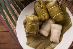 Sobremesa tailandesa louca do estilo do alimento de Khao tom, feita da banana e do arroz glutinoso, envolt?rio com a folha da ban imagem de stock royalty free