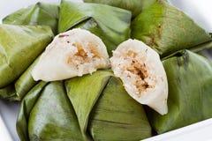Sobremesa tailandesa - pirâmide enchida da massa fotografia de stock