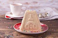 Sobremesa tradicional do requeij?o da P?scoa do russo, Paskha ortodoxo, com leite condensado fervido em uma tabela de madeira foto de stock royalty free