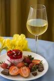 Sobremesa tropical das morangos e do champanhe Fotografia de Stock