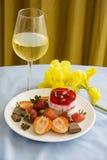 Sobremesa tropical das morangos e do champanhe Imagens de Stock Royalty Free