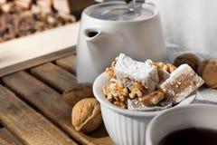 A sobremesa turca Lukum com nozes estabelece-se na tabela de madeira para Te Fotos de Stock Royalty Free