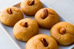 Sobremesa turca Sekerpare/bolos pequenos com amêndoa e sorvete foto de stock royalty free
